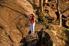 Uma menina na floresta que aprecia a natureza na Índia de Mumbai fotos de stock