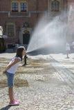 Uma menina na frente de uma fonte no mercado de Wroclaw, Polônia imagens de stock royalty free