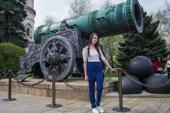 Uma menina na frente do canhão do czar fotografia de stock royalty free