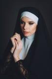 Uma menina na imagem de uma freira imagens de stock