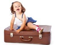 Uma menina na mala de viagem Imagens de Stock Royalty Free
