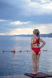 Uma menina na plataforma Fotos de Stock Royalty Free
