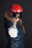 Uma menina na roupa do esqui levanta os polegares grandes acima Foto de Stock Royalty Free