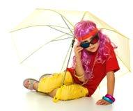 Uma menina na roupa extravagante, no guarda-chuva e nos vidros 3d Fotos de Stock Royalty Free