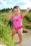 Uma menina nada no rio. Imagens de Stock