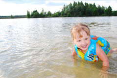 Uma menina nada no rio. Imagem de Stock