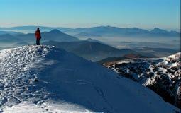 Uma menina nas montanhas Fotografia de Stock Royalty Free