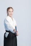 Uma menina no hakama preto que está na pose de combate Fotografia de Stock Royalty Free