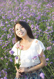 Uma menina no jardim foto de stock