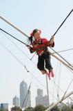 Uma menina no trampoline Imagens de Stock Royalty Free