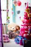 Uma menina nova, bonita, uma mãe futura vestiu acima uma árvore, preparação imagem de stock royalty free