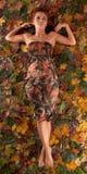 Uma menina nova do redhead em um vestido do outono fotografia de stock