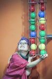Uma menina obstrui o tiro da bola no museu do ` s das crianças da descoberta, foto de stock royalty free