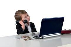 Uma menina pequena (menino) que chama o telefone Fotos de Stock