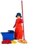 Uma limpeza pequena da menina com espanador. foto de stock