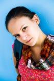 Uma menina perto da parede. Imagem de Stock