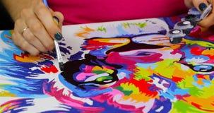 Uma menina pinta uma imagem video estoque