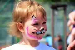 Uma menina pintada como um gatinho perfil Imagem de Stock