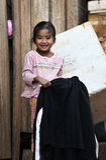 Uma menina pobre do sorriso na vila tropical Imagem de Stock Royalty Free