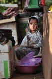 Uma menina pobre no mercado tropical Foto de Stock