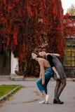 Uma menina que adere-se a sua amiga Estudantes bonitos tristes no parque do outono foto de stock royalty free