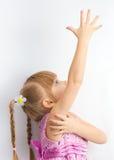 Uma menina que alcanga para algo Fotografia de Stock