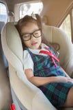 Uma menina que dorme no carseat fotos de stock