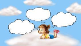 Uma menina que encontra-se e que pensa no céu Imagens de Stock Royalty Free