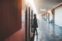 Uma menina que entra em um trem suburbano fotografia de stock royalty free
