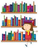 Uma menina que equilibra um livro acima de sua cabeça na frente do bookshelv Imagem de Stock Royalty Free