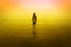 Uma menina que está na praia Imagens de Stock Royalty Free