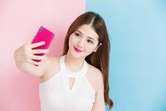 Uma menina que faz a foto do selfie Imagem de Stock