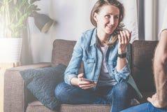 Uma menina que guarda um smartphone Trabalhos de equipa, discussão um plano de negócios Imagens de Stock Royalty Free