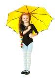 Uma menina que joga com um guarda-chuva Fotografia de Stock Royalty Free