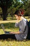 Uma menina que joga o portátil imagem de stock royalty free