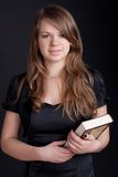 Uma menina que prende um livro Fotos de Stock