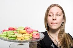 Uma menina quer provar as cookies Fotos de Stock