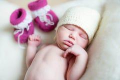 Uma menina recém-nascida do bebê que encontra-se em uma cobertura macia Fotos de Stock Royalty Free