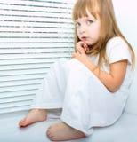 Uma menina receosa pequena Fotos de Stock
