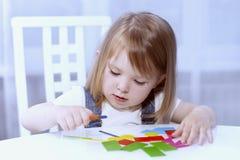 Uma menina recorda formas geométricas horizontal Fotos de Stock Royalty Free
