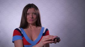 Uma menina sem uma sobrancelha, olha si mesma no espelho, a menina é chocada 4K mo lento vídeos de arquivo