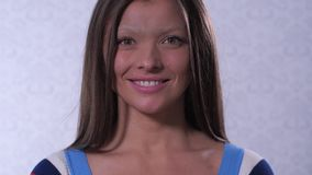 Uma menina sem uma sobrancelha sorri em um quadro Muito incomum 4K mo lento vídeos de arquivo