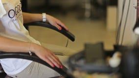 Uma menina senta-se em uma poltrona em um cabeleireiro filme