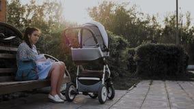 Uma menina senta-se em um banco de parque e balan?a-se o beb? filme