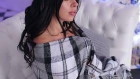 Uma menina 'sexy' em um vestido curto é coberta por uma manta video estoque