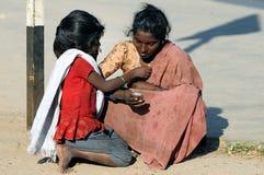 Uma menina suja com coração bonito Fotos de Stock