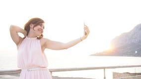 Uma menina toma imagens dse no telefone em férias video estoque