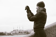 Uma menina toma a retratos uma cidade Fotografia de Stock