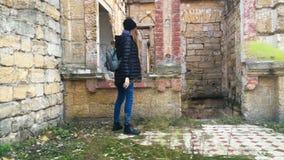 Uma menina vagueia em torno de uma casa abandonada 4K vídeos de arquivo