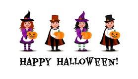 Uma menina vestida como uma bruxa e um menino vestidos como um suporte do vampiro com as ab?boras em suas m?os ilustração stock